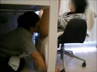 トレーナー1枚なノーパン娘が座る机の下に潜りこんでクンニしまくる変態野郎w