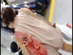 駅の構内にいたミニスカ娘を追跡し逆さTバックパンチラ隠撮