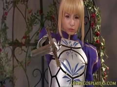 某有名アニメの金髪戦士キャラコスプレで着衣ハメされるコスプレイヤー
