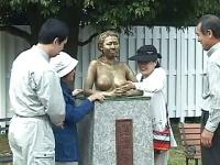 ウェットメッシーで銅像と化した巨乳お姉さんと野外セックス