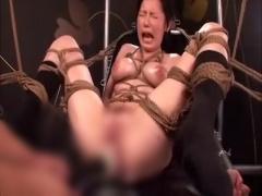 椅子に完全に拘束されてドリルバイブで激しくイカされる美少女