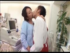 痴女人妻 欲求不満の変態人妻がコンビニ店員に濃厚なキスで唇を奪いセック...