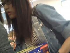 個人撮影 素人 盗撮 コンビニで発見した眼鏡美人な女子大生のショートパン...