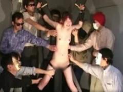 AV動画 全裸に前張り美女が数人に全身をくすぐられる! 手足を拘束され体を...