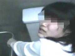 個人撮影 このドM人妻! マジ変態! カメラ目線で淫語連発して公衆トイレで...