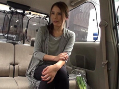 人妻ナンパ 買い物帰りにナンパされたスレンダー人妻さんが車内でのフェラ...