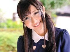 大きなメガネがキュートな真面目で大人しそうな美少女なのにその本性はと...