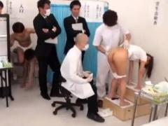 健康診断で変態医師にアソコをかき回されちゃう体操服姿のパイパン女子!