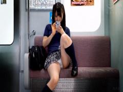 電車でスマホに夢中な女子校生の対面パンチラをじっくり観察