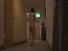 温泉入浴中に着替えを持ってかれてしまい全裸で旅館をうろちょろしちゃう...