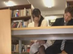 図書館で女子大生をバイブ痴漢&レイプ動画