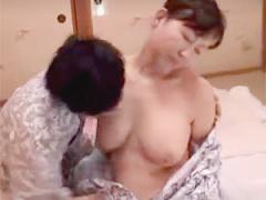 里中亜矢子 七十路です! 超高齢熟女でもムチムチエロボディなお母さんと近...