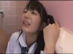女子トイレで犯されるツインテール美少女