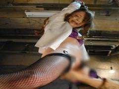 美人潜入捜査官が囚われの地下牢での凶暴バイブ責めに潮吹き絶頂!