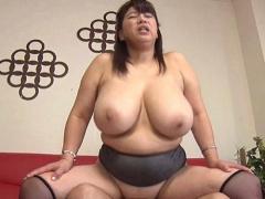 熟女 巨乳 巨乳どすけべBBAがチンポまさぐりイキまくりの淫乱セク! これで...