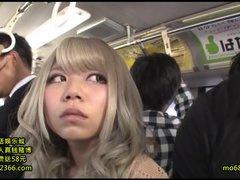 生意気な黒ギャルがバスに乗って来て体が触れただけで文句を言うから乗客...