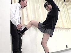 金蹴り動画! 告白してきたキモい男子に金玉蹴りして睾丸を潰しにかかるドS...