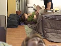 彼氏が寝てる隣で彼氏の友達に寝取られちゃう彼女 こたつ バレないように ...