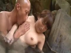 混浴の露天風呂で手マン痴漢される巨乳のお姉さん動画