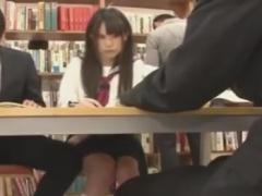 図書館で勉強中の美少女JKを手マン痴漢する動画