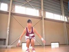 バスケの特訓と騙されて、潮吹きのせいで体育館の床を汚してしまうHカップ...
