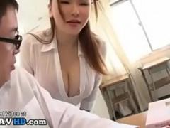 生徒のチ○ポを食べる気まんまんな超乳痴女先生!