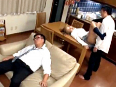 KAREN ち、ちょっとマズいよ… ヤリマン金髪JKが酔い潰れて寝てる兄の傍で...
