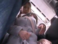 電車通勤中のロングスカートOLを潮吹き手マン痴漢動画