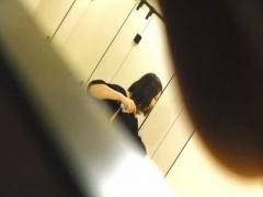 無修正素人盗撮 ガチ一般女子のトイレションベン姿を覗き盗撮した激ヤバ映像