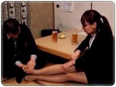 飲みの席でも部下のパンストを履いた脚をさわる男、酔わせてホテルに連れ...