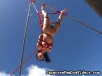ボンデージ 巨乳のお姉さんが縛り上げられて高いところから吊るされたり、...