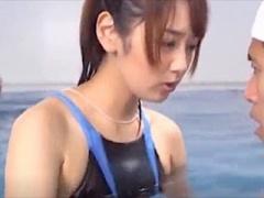 水泳インストラクターの美乳お姉さんの勃起バレした結果ww