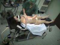 レイプ 麻酔で眠らせた女の子の美乳を揉みまくり、バイブを突っ込み、イラ...