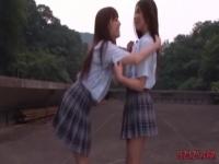 田舎の学校の屋上でキスをする激カワギャルJK! レズ