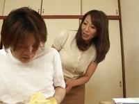 オナニーを母親に目撃された息子が手こき授乳プレイしてもらう