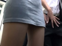 バス逆痴漢 ノースリーブ×タイトミニ姿の痴女美女が、モテない男子校生の...