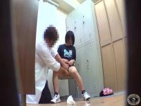 おしっこ。男性医師が尿検査を実施。フラスコ持って女性からのオシッコを...