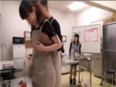 料理教室に来た人妻たちを喰いものにして中出しSEXする変態講師! !