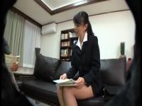 タイトスカート姿がソソる保険外交員のマ○コをローターでイジメたったwww