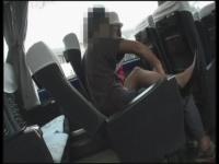 バス旅行中に体調不良を訴えて可愛いバスガイドにちん○ん擦らせるw