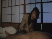 息子のちんぽを献身的に手コキして射精に導く熟女お母さん