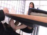 交渉テーブルの下で脚コキ責めからの手コキ責めで交渉を有利にさせる痴女OL