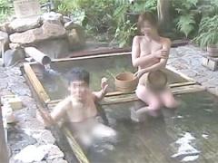 自分の妻をノータオルで混浴にブチ込んで個人撮影する変態夫w