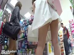超ミニスカワンピース女子を逆さ撮りで生パンをパンチラ盗撮 無料動画