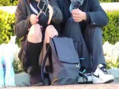 自撮りに夢中なバカップル制服JKのしゃがみパンチラを盗撮 無料動画