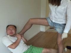 ホットパンツ美脚のアジアン美女に蹴られて踏まれてボコボコにされるキモ...