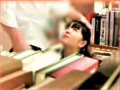 図書館でバレないようにオナニーするのに興奮する露出狂のセーラー服コス...