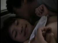 入院中で身動き取れないスレンダー娘を夜這いレイプする卑劣行為!