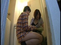 隣に住んでる色っぽい三十路の熟女人妻にお風呂でフェラ依頼