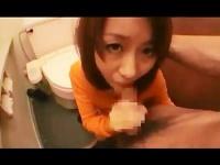 人妻 熟女がトイレで夢中になってむしゃぶりつくフェラ